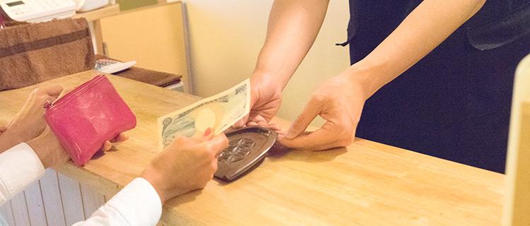 返金保証制度を利用する女性