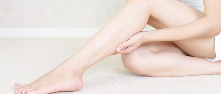 脚がキレイな10代の女性