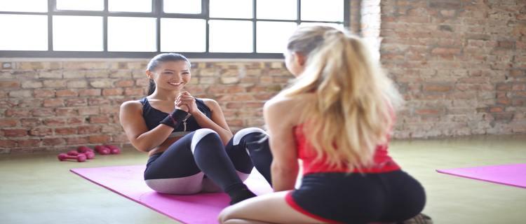 パーソナルトレーニングしている女性たち