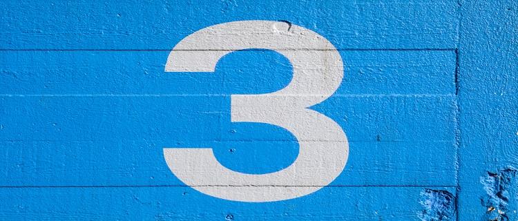 青い壁に【3】と書かれている