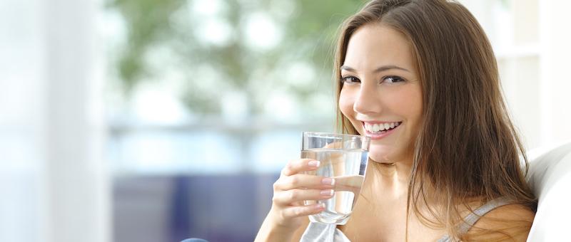ジョギング前にコップ1杯の水を飲む