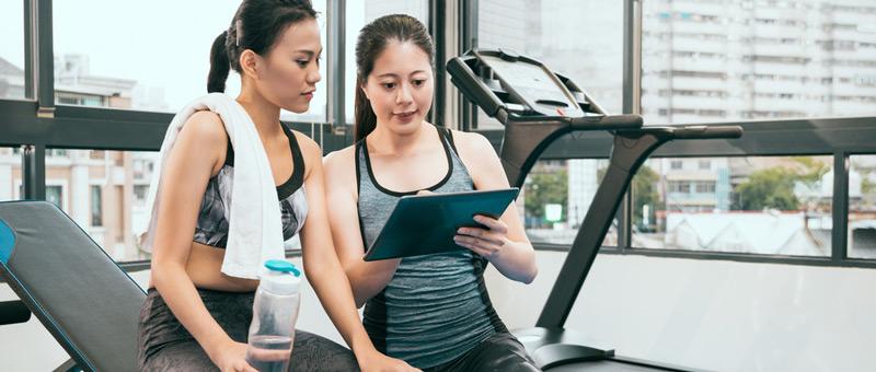 トレーニングをする女性と女性トレーナー