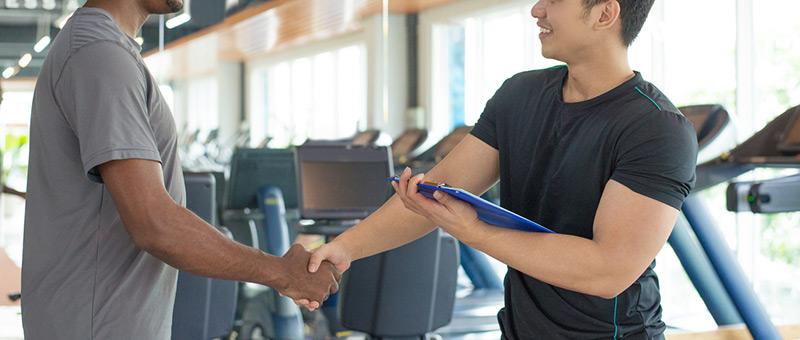 握手するトレーナーと顧客