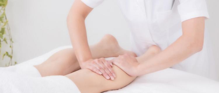 脚のエステを受ける女性