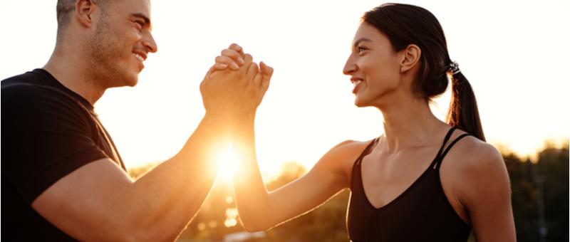 感動の握手をする男性と女性