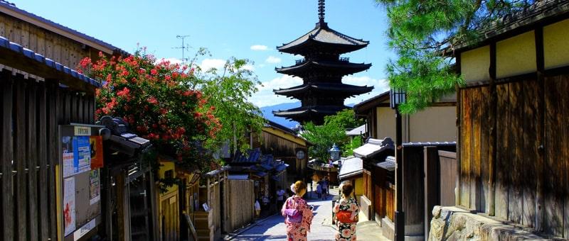 京都の街をあるく着物の女性