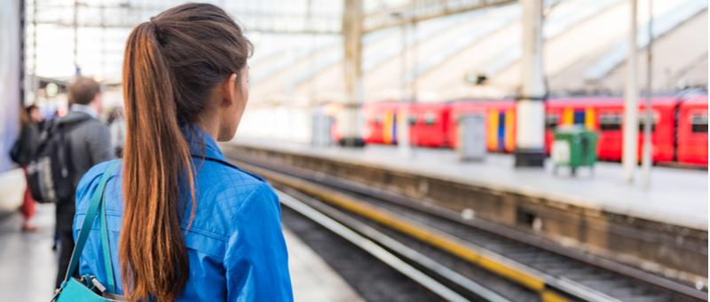 通勤に電車を利用する女性